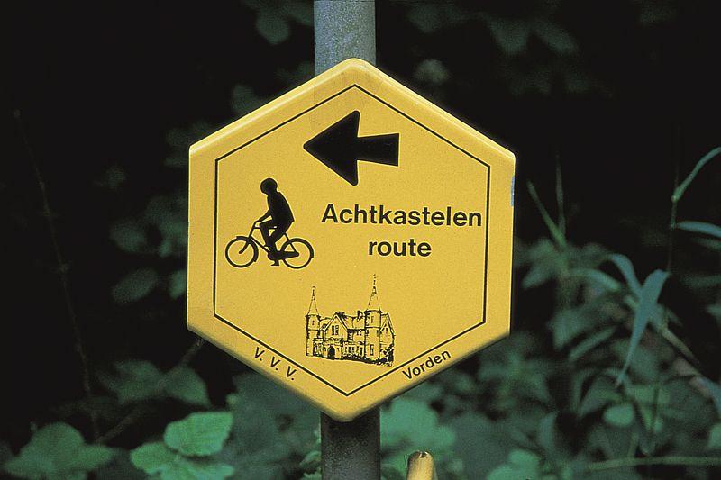 Bord Achtkastelenfietsroute bij Hotel-Restaurant Bakker in Vorden