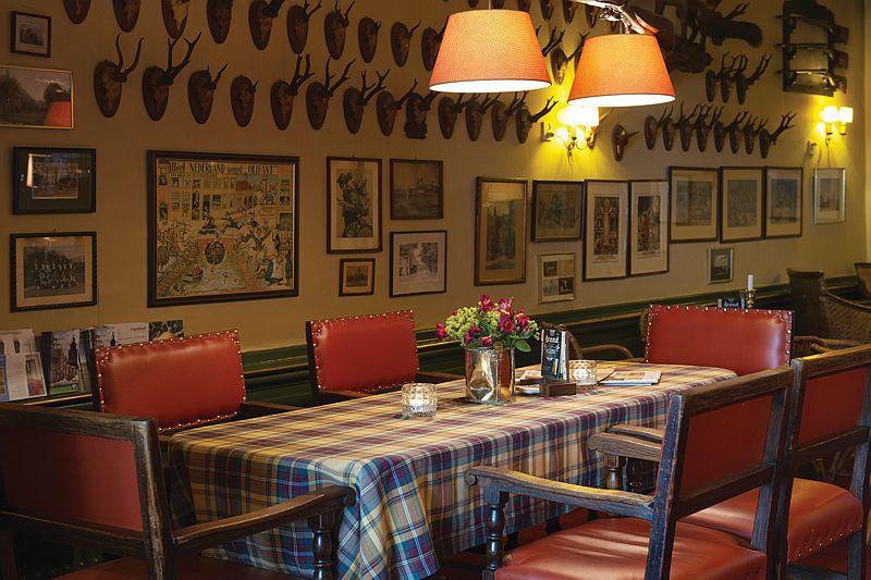 Jachttrofeeën in het café en de gelagkamer van Hotel-Restaurant Bakker in Vorden