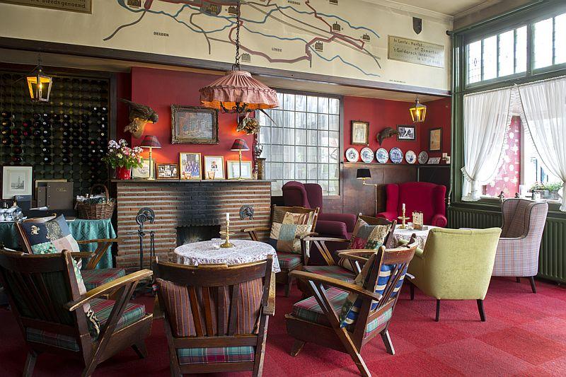 Gezellig hoekje bij de open haard van het café van Hotel-Restaurant Bakker in Vorden