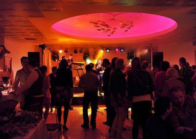 Grote zaal met band van Hotel-Restaurant Bakker in Vorden