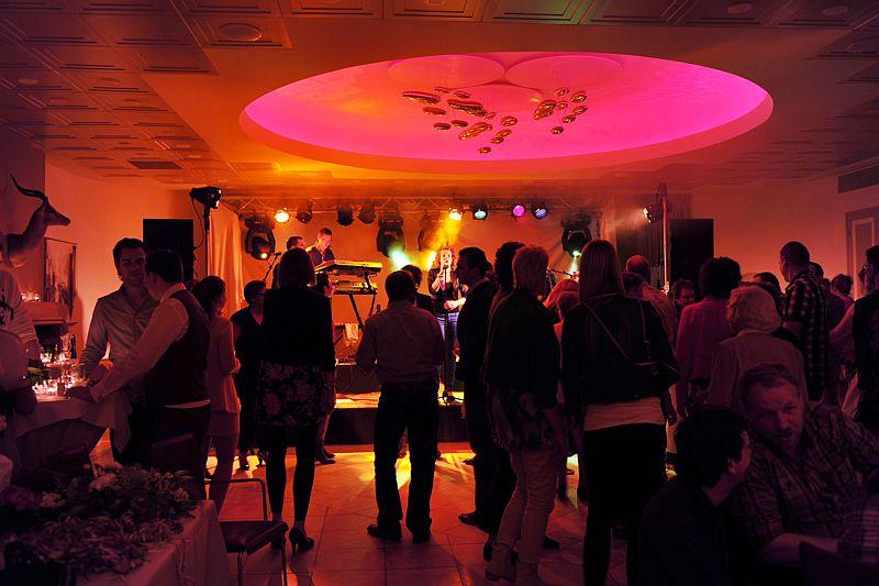 Grote zaal met band in Hotel-Restaurant Bakker in Vorden