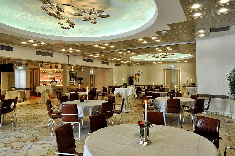 Vergaderen in de grote zaal van Hotel-Restaurant Bakker, de ideale vergaderlocatie voor een groot gezelschap in Vorden
