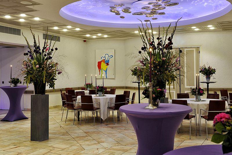 Grote zaal met paarse verlichting van Hotel-Restaurant Bakker in Vorden