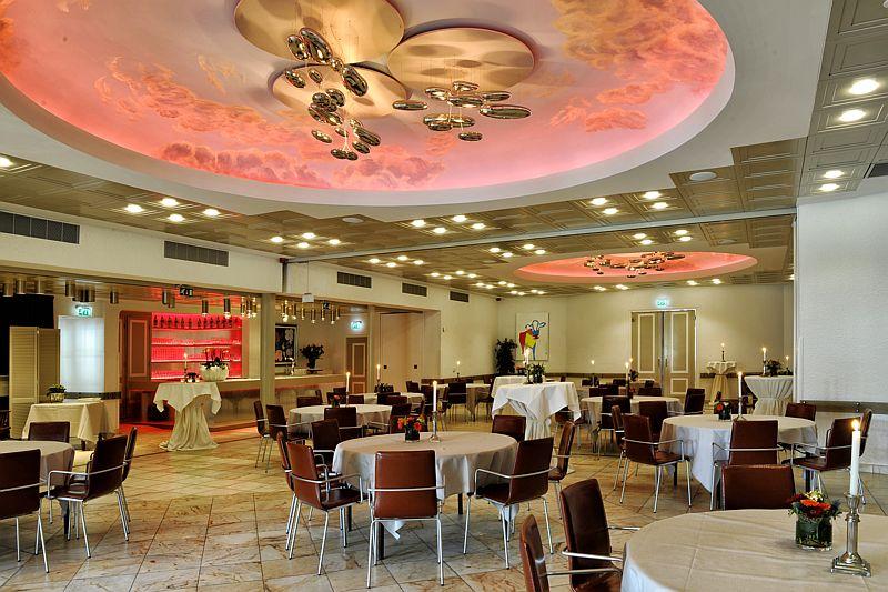 Grote zaal van Hotel-Restaurant Bakker in Vorden met rode verlichting