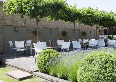 Het terras in de tuin van Hotel-Restaurant Bakker in Vorden