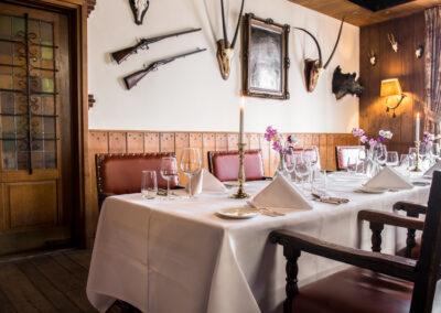 Gedekte tafels in de Jachtzaal van Hotel Restaurant Bakker in Vorden
