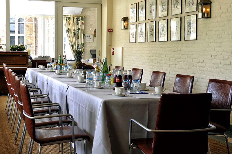 Vergaderen in het binnenhof van Hotel-Restaurant Bakker in Vorden